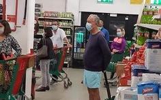 Tổng thống Bồ Đào Nha ra siêu thị cũng xếp hàng như mọi người