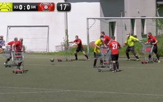 Trận đấu đá kỳ lạ ở Đức: Vừa đẩy xe siêu thị, vừa đá bóng!