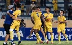 Video cú sút xa 'như kẻ chỉ' tung lưới HAGL của cầu thủ Nam Định