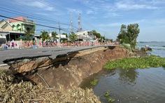 Quốc lộ 91 cũ sụp 1/3 mặt đường xuống sông Hậu, vết nứt đang lan rộng