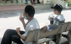 Vẫn vô tư nhả khói trước mặt người khác ở bệnh viện, nơi công cộng