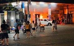 Lùi xe làm đổ cột bơm cây xăng khiến xe bốc cháy