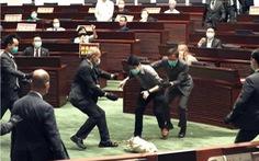 Nghị sĩ Hong Kong ném rau củ thối khi tranh luận về dự luật quốc ca Trung Quốc