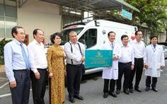 Trao xe cứu thương và buồng cách ly áp lực âm cho Bệnh viện Nhân dân 115