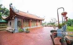 Hàng loạt bờ sông ở Hà Nội sạt lở, một ngôi đền có nguy cơ bị 'nuốt chửng'