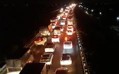 Ùn ứ trên cao tốc TP.HCM - Trung Lương vì va quẹt xe nhưng... không thương lượng được