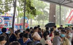 Hàng nghìn du khách đội mưa vui chơi nhân dịp 1-6