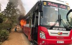 Dân tưới cà phê phụ dập lửa xe khách đang cháy dữ dội