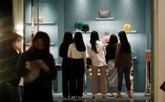 Hàn Quốc nới lỏng chống dịch, người dân đổ xô đi mua sắm