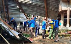 Cả trăm thanh niên lên núi giúp dân sửa nhà bị lốc xoáy đánh sập