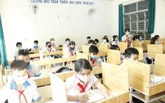 Giáo viên mua ván ép về ngăn vách phòng học chống dịch cho học sinh