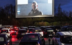 Rạp chiếu ngoài trời - ngồi trong ôtô riêng xem phim gây sốt thời dịch COVID-19