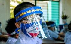 Cho học sinh đeo mũ chống giọt bắn là để tuyên truyền?