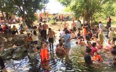 Nghệ An nắng nóng hơn 40ºC, dân đổ ra suối 'giải nhiệt'