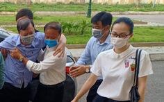 Cựu trưởng Công an TP Thanh Hóa được dìu tới hầu tòa về tội nhận hối lộ