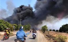 Bãi rác cháy mù trời 4 ngày đêm, dân 'phát điên' dựng rào chặn xe