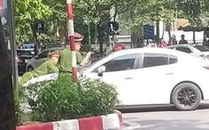 Khởi tố người lái Mazda bỏ chạy hất chiến sĩ công an lên nắp capô
