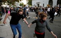 Xe bồn lao thẳng vô người biểu tình Mỹ, tài xế bị đám đông lôi ra đánh đập