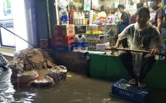 Sài Gòn mưa gió lớn, người dân qua 'rốn ngập' lội nước mệt nghỉ