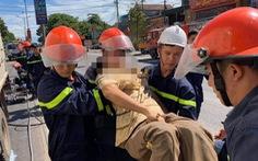 Giải cứu tài xế mắc kẹt trong cabin sau cú tông xe bồn