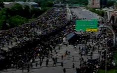 Video xe bồn lao thẳng vô người biểu tình ở Mỹ, mọi người chạy tán loạn
