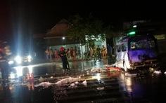 Xe cấp cứu lao vào dải phân cách cháy ngùn ngụt, 7 người bị thương nặng