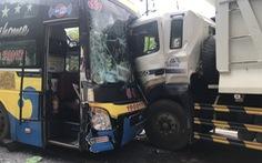 Hai xe khách và 1 xe tải tông nhau, đèo Bảo Lộc kẹt cứng nhiều giờ