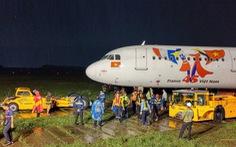 Vì sao cần hơn 18 tiếng giải cứu máy bay Vietjet trượt đường băng?