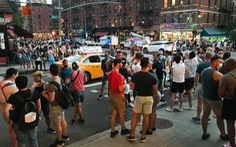 Dân New York chống giãn cách xã hội, chính quyền dọa chậm mở cửa