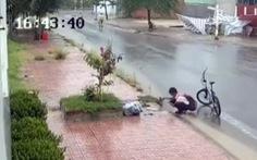 Nam sinh lớp 6 dọn rác chắn cống thoát nước trên đường nhận 'mưa like'