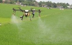 Nông dân Quảng Nam thích thú xem thiết bị bay làm ruộng