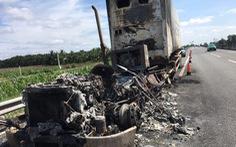 Xe container cháy rụi trên cao tốc TP.HCM - Trung Lương