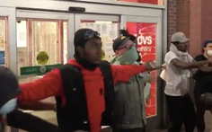 Video người biểu tình Mỹ giăng ngang trước cửa hàng chặn kẻ hôi của