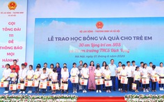 Dai-ichi Life Việt Nam tặng 50 suất học bổng cho học sinh khó khăn
