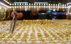 Giá vàng thế giới rơi xuống đáy 1 tháng