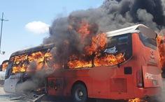 Cả xe giường nằm ngập trong lửa dữ dội giữa trưa, khách bỏ của tháo chạy
