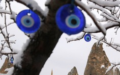 'Mắt quỷ' treo trước nhà nhìn chằm chằm vô cái xấu