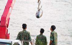 Trục vớt thành công quả bom nằm dưới sông Hồng gần cầu Long Biên