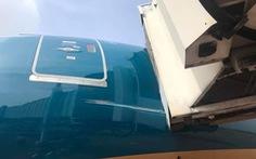 Máy bay Boeing 787-10 của Vietnam Airlines quẹt cầu ống dẫn khách