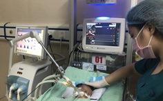 Bé sơ sinh bị bỏ rơi máu nhiễm khuẩn, hai đáy phổi đông đặc