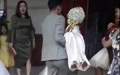 Vợ bầu theo lệ không qua cửa chính, chú rể bồng vợ chạy ào vô, mọi người òa xúc động