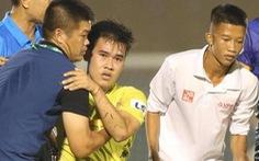 Cầu thủ Hà Nội FC bị ném lên cáng ở sân Bình Dương dính chấn thương nghỉ 1 tháng