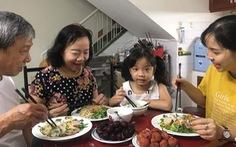 Bữa cơm gia đình trời Tây và Á Đông thời COVID-19
