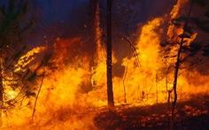 Bộ đội trắng đêm dập lửa cứu rừng