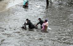 Mưa như trút đúng giờ tan tầm, người dân TP.HCM lại 'bơi' giữa điểm ngập