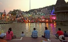 Người Ấn quay lại sông Hằng hành hương khi giãn cách xã hội được nới lỏng