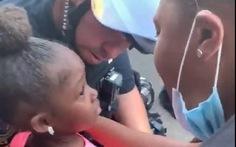 Bé gái 5 tuổi đi biểu tình, hỏi cảnh sát: 'Chú có định bắn tụi cháu không?'