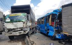 6 xe khách, xe tải tông 'dồn cục' ở quận 12, khách hoảng loạn đập bể cửa cầu cứu