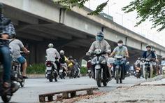 Hàng dài xe máy nối đuôi nhau đi ngược chiều trên đường phố Hà Nội