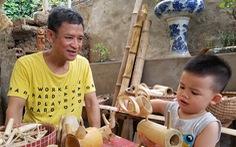 Họa sĩ già 'hô biến' tre thành món quà tặng trẻ thơ